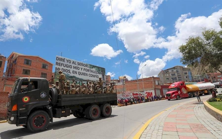 Ciudadanos bolivianos observan este martes el paso de la caravana de camiones cisterna de combustible de la empresa estatal Yacimientos Petrolíferos Fiscales Bolivianos EFE
