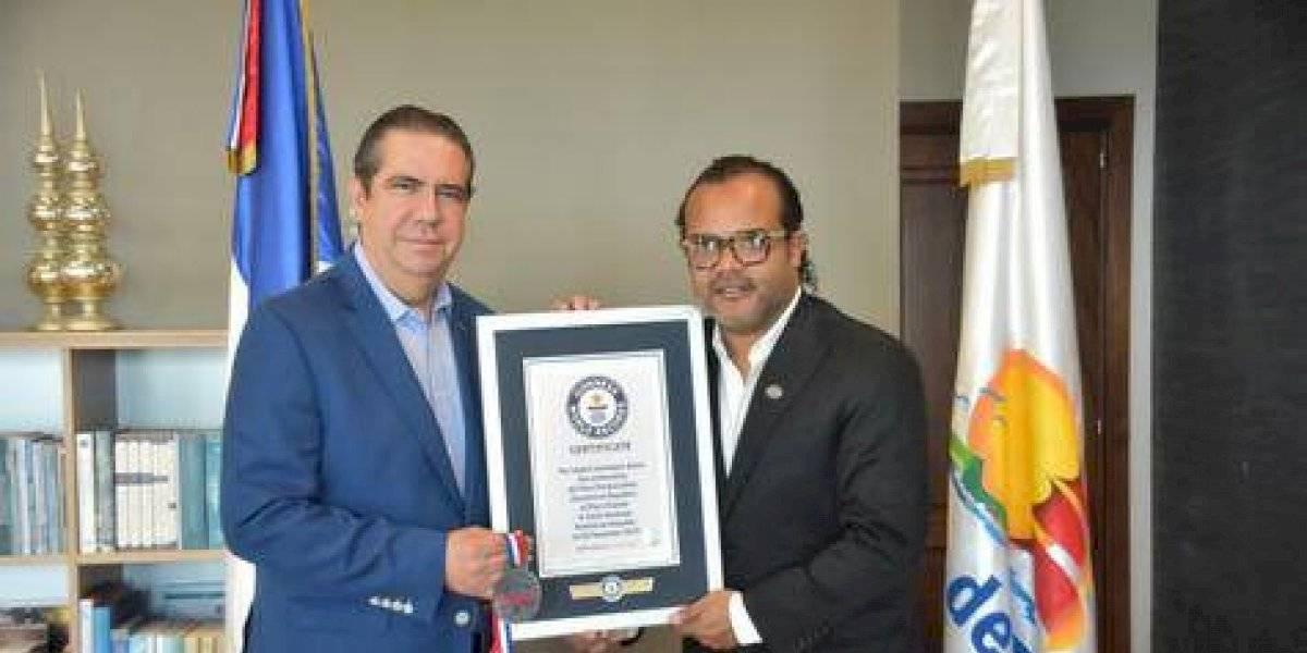 """Ministro de Turismo felicita a Alberto Zayas por """"Un récord pal' merengue"""""""