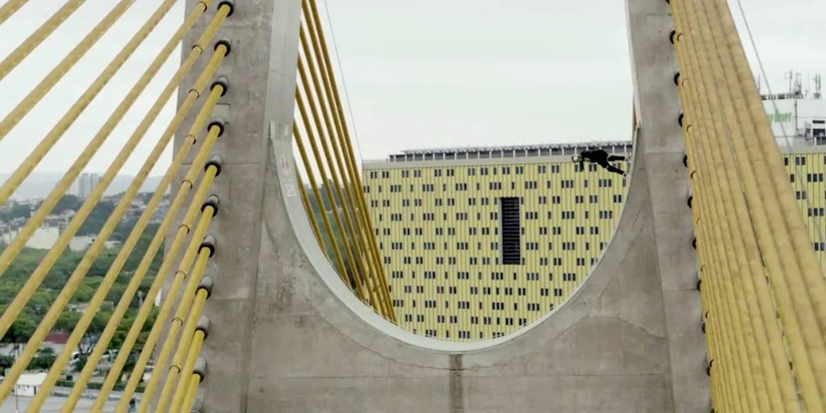 Mineirinho anda de skate na estrutura da ponte Estaiadinha
