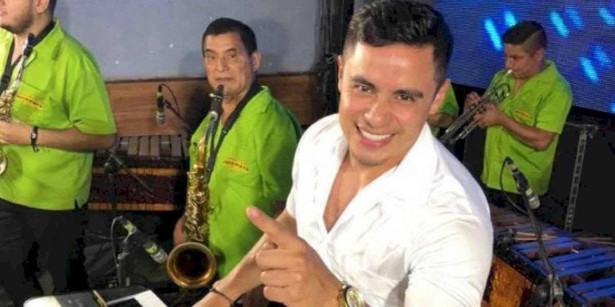 El marimbista guatemalteco César Gálvez Jr. muestra su lado hot al mostrar su pack en ajustado bóxer