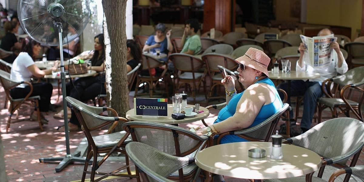Grecia pide denunciar a quien fume en sitios públicos