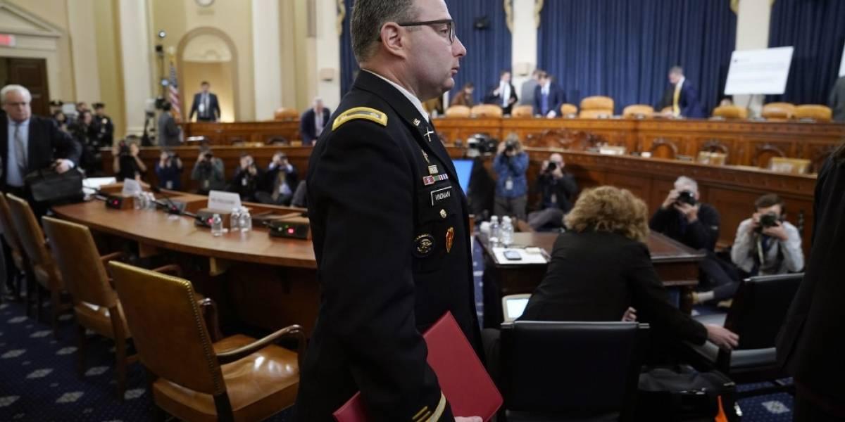 Republicanos atacan a militar de EE. UU. por su testimonio en investigación contra Trump
