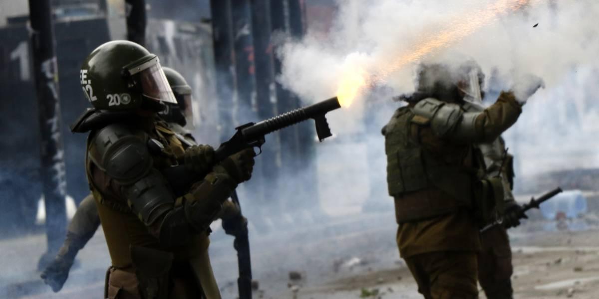 Niña de 15 años y hombre de 35 se mantienen en riesgo vital tras impacto de bombas lacrimógenas: carabineros iniciará investigación