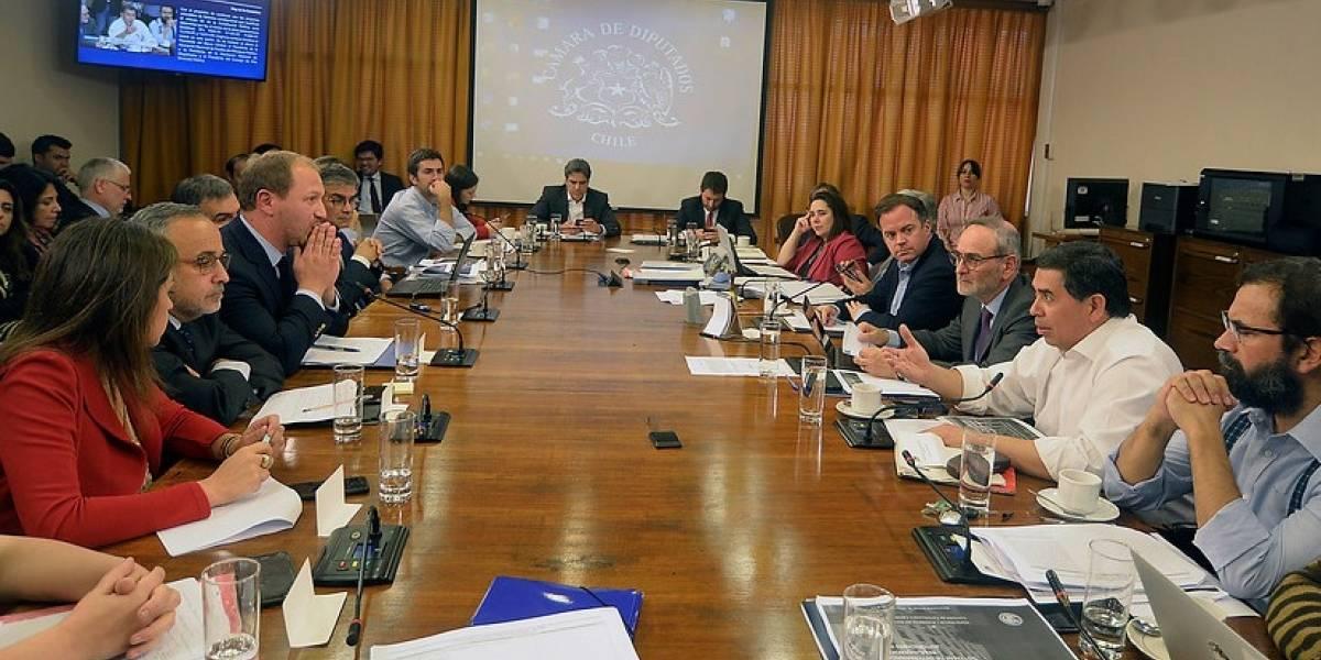 Comisión de Constitución aprobó reducción del 50% de dietas parlamentarias