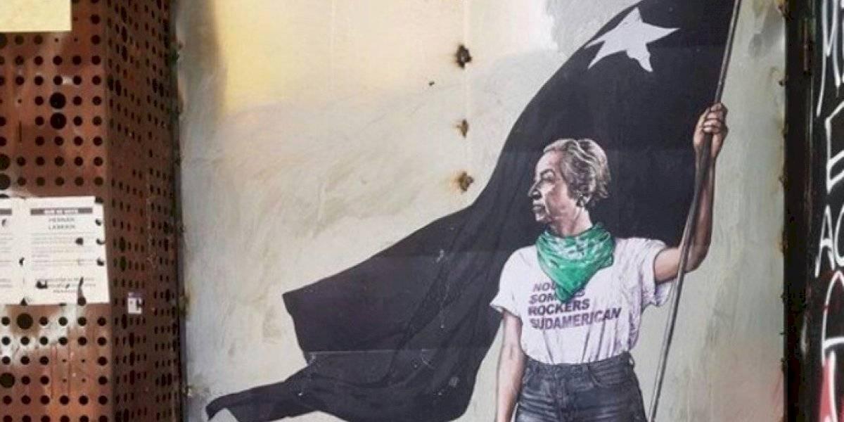 """""""Con la bandera negra Anarquista"""": el potente mural de Gabriela Mistral en el GAM que trae a la poetisa al presente para luchar contra la injusticia social"""