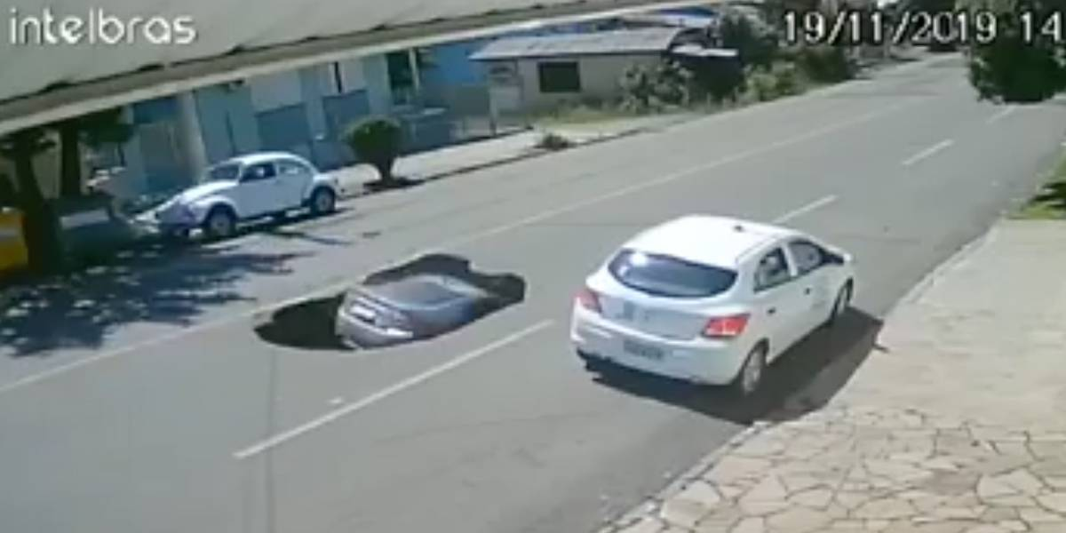 Vídeo: cratera na rua engole carro
