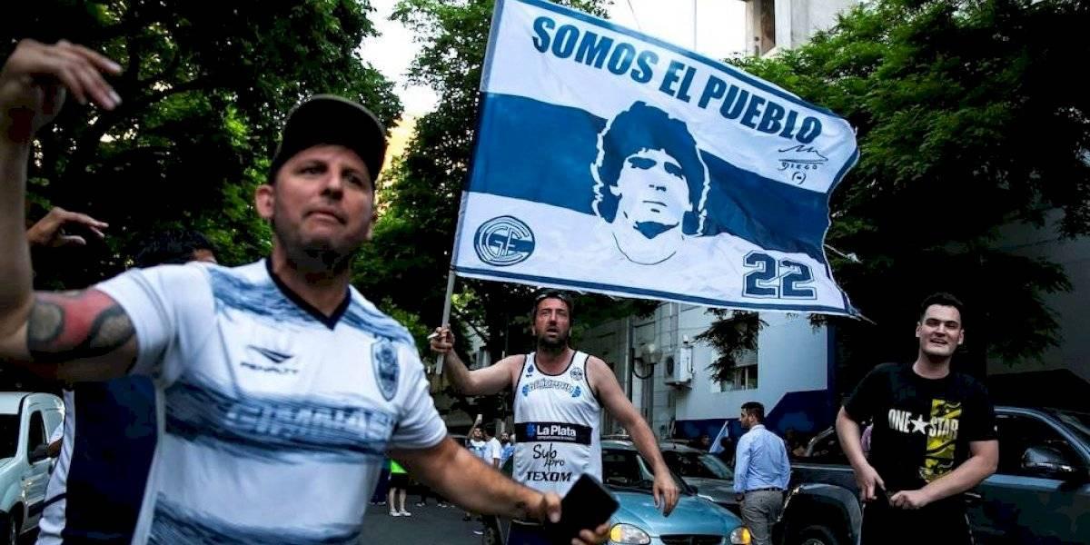Aficionados de Gimnasia reclaman continuidad de Maradona