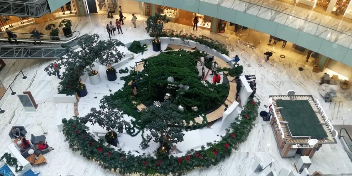 Cae Árbol de Navidad artificial de 15 metros en plaza comercial