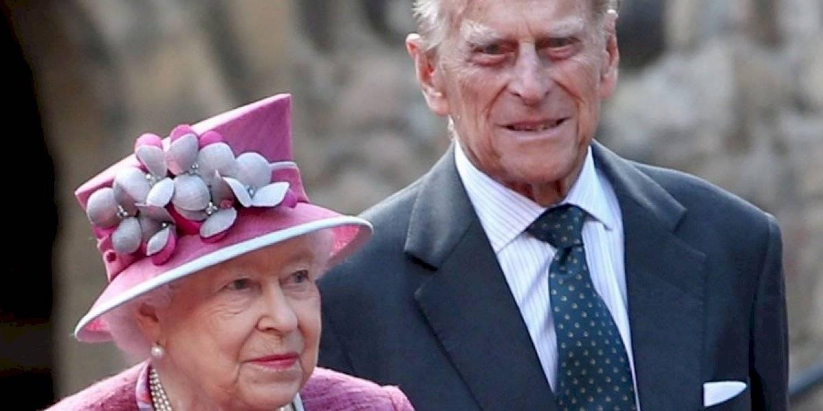 Reina Isabel de Inglaterra se vacuna contra el COVID-19