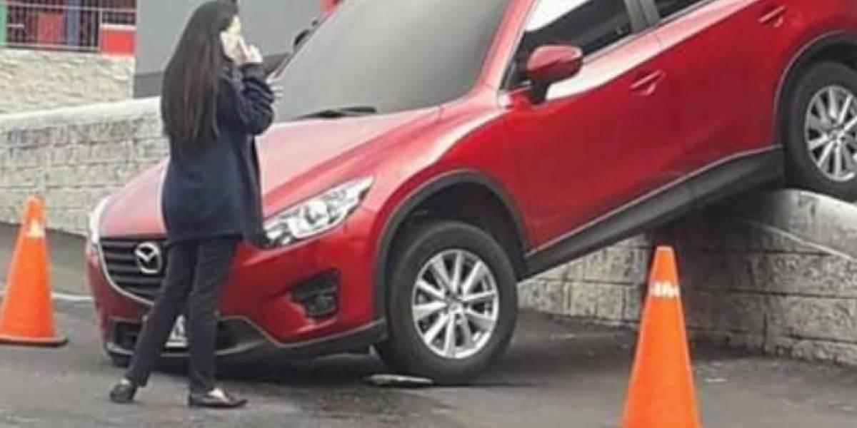 EN IMÁGENES. Conductor cae de rampa de autoservicio en restaurante de Mixco