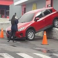 Vehículo cae de rampa