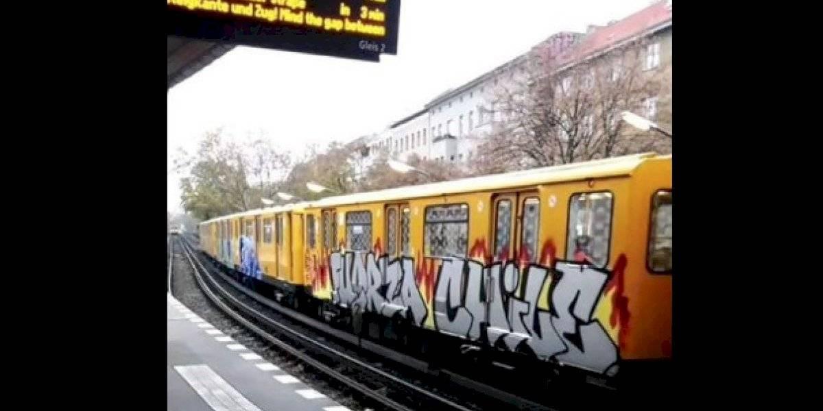 """""""Fuerza Chile"""": carro del Metro de Berlín aparece rayado con mensaje en apoyo a las movilizaciones"""