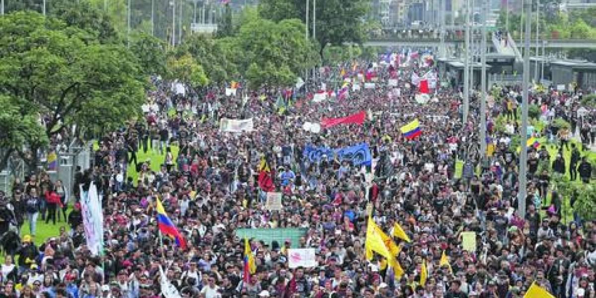 """""""Chilombia"""": masivas protestas al son de """"El baile de los que sobran"""""""