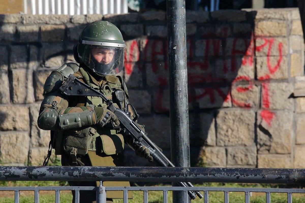 """Gobierno de Chile evalúa entregar armas """"no letales"""" a Carabineros"""
