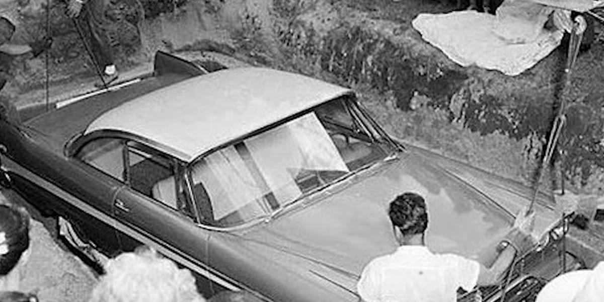 Hombre fue enterrado en su auto, él mismo lo pidió