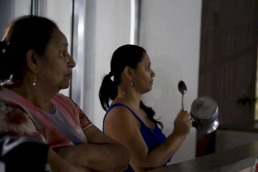 Una familia participa este jueves de un cacerolazo durante el Paro Nacional, en Medellín EFE