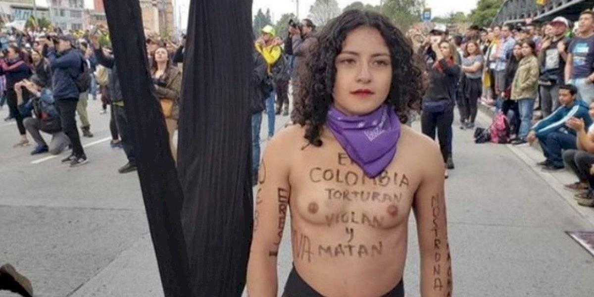"""""""En Colombia torturan, violan y matan"""": manifestante replica la potente protesta por Chile que realizó Mon Laferte en alfombra roja de los Grammy"""