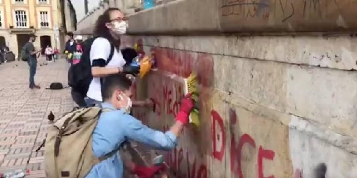 (VIDEO) Estudiantes limpian grafitis en el Palacio de Justicia tras los desmanes de este jueves