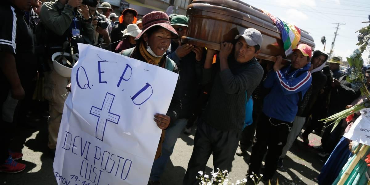 Bolívia: manifestantes carregam caixões com mortos em confronto policial