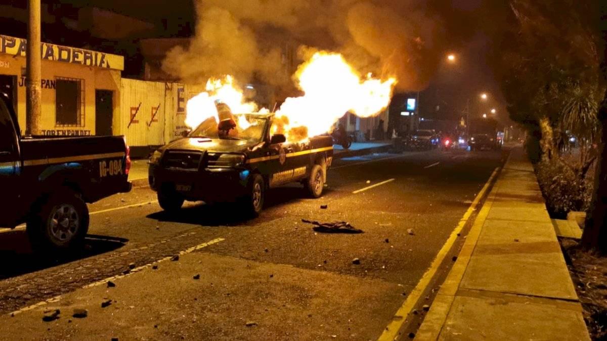Queman un autopatrulla en la zona 7. Varios policías resultaron heridos. Foto: Cortesía