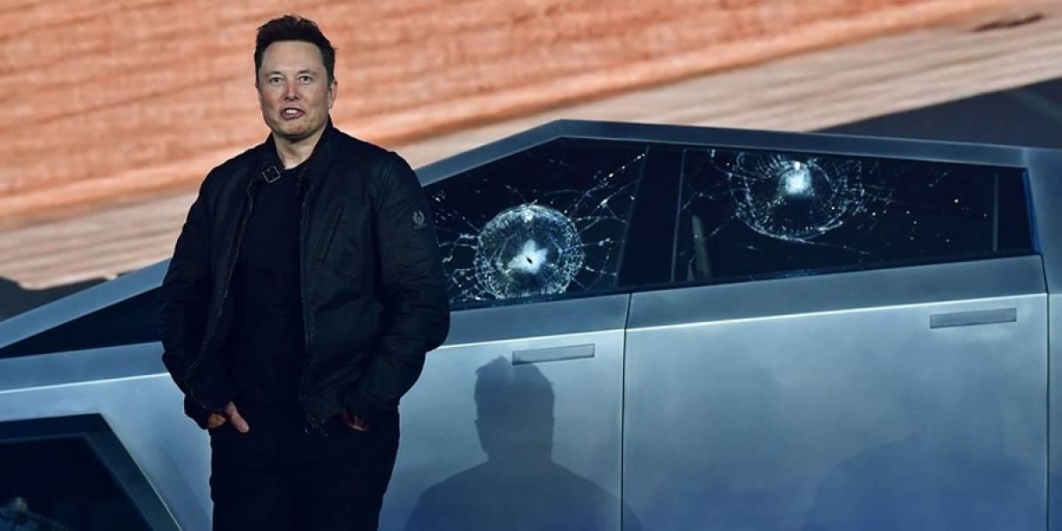 Elon Musk estrella su Cybertruck contra un poste pequeño y se hace viral