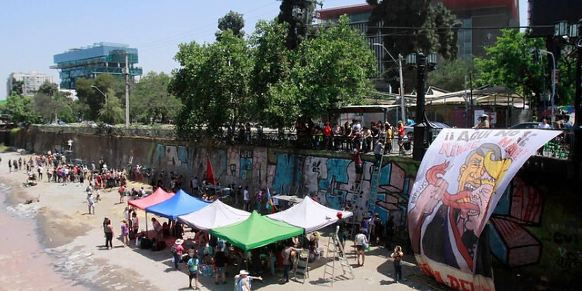 Descontento es arte: muralistas pintan la historia del estallido social en los tajamares del Mapocho