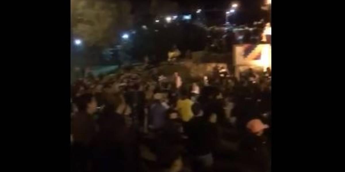 (VIDEO) Realizaron masivo cacerolazo frente a la casa del presidente Iván Duque la noche del toque de queda