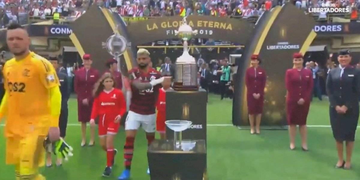VIDEO: Gabigol tocó la Copa Libertadores al momento de ingresar al campo