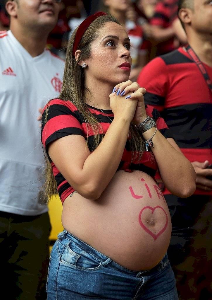 Foto AFP   Una mujer en estado de gestación no se quiso perder la llegada de los jugadores de Flamengo
