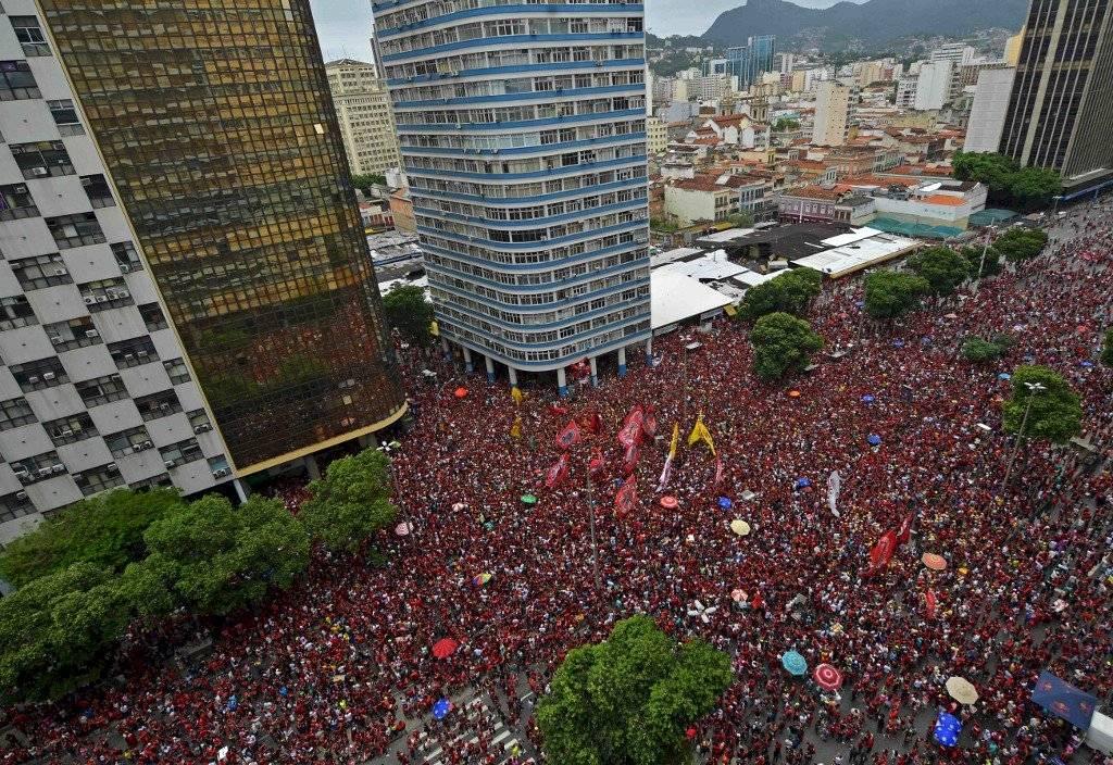 Foto AFP   Miles de aficionados al Flamengo abarrotaron las calles de Río de Janeiro