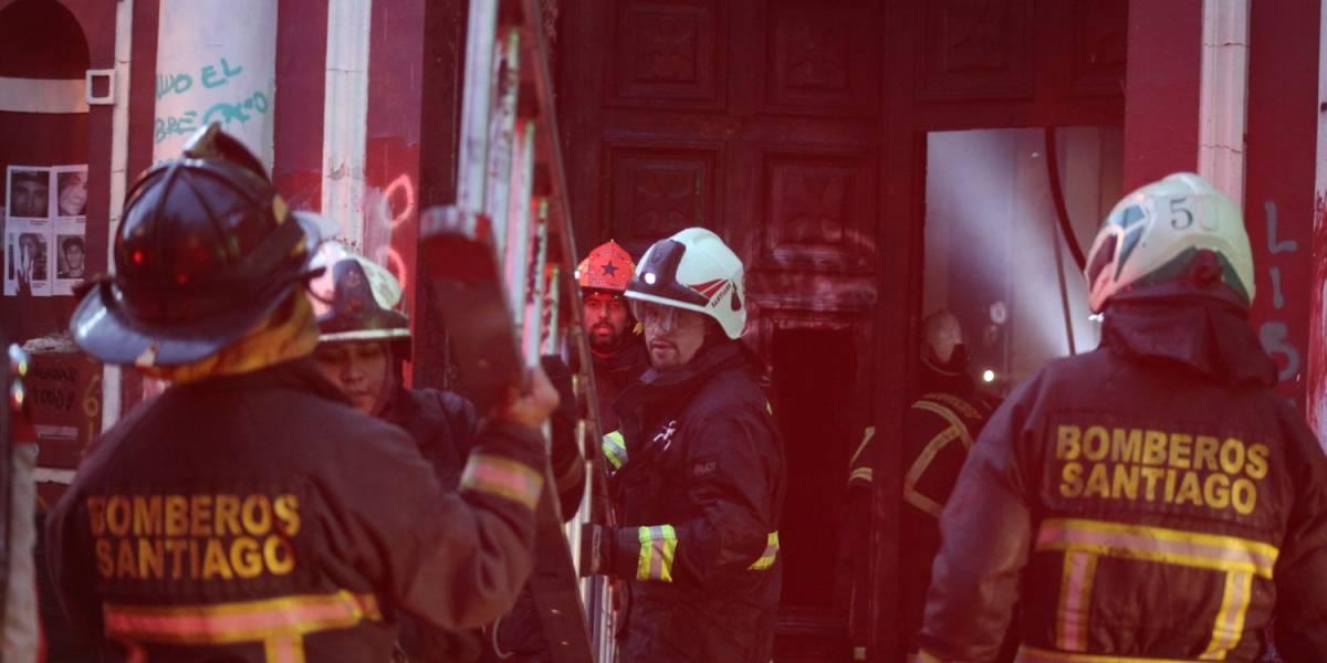 """Cuerpo de Bomberos de Santiago denuncia hackeo de su cuenta de Twitter: Anonymus descarta responsabilidad y envía mensaje a """"infame que realizó esto"""""""