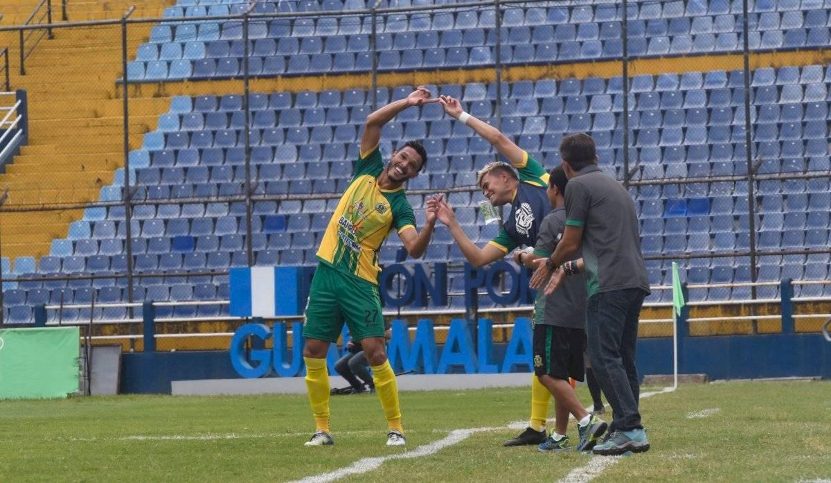 Luis Ángel Landín festejando el empate ante los cremas