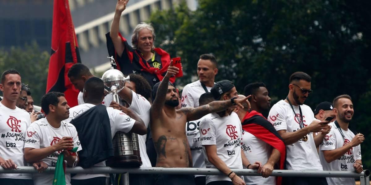 Flamengo se paseó con la Copa Libertadores por las calles de Río de Janeiro ante miles hinchas