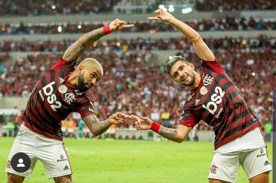 Futbolistas hacen la danza de la fusión