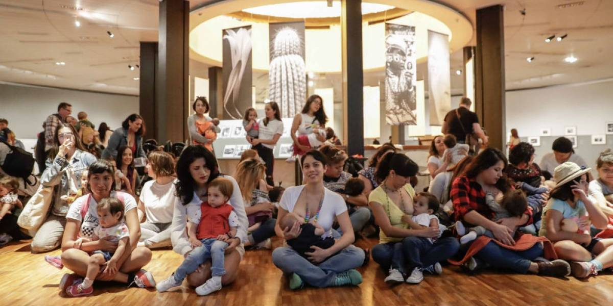 """Madres protestan con """"tetada"""" en Museo de Arte Moderno"""