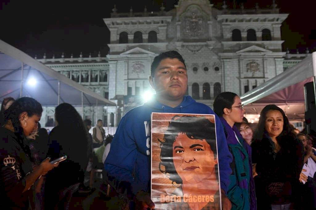 Vigilia en el Parque Central en conmemoración a las mujeres que han muerto violentamente Omar Solís