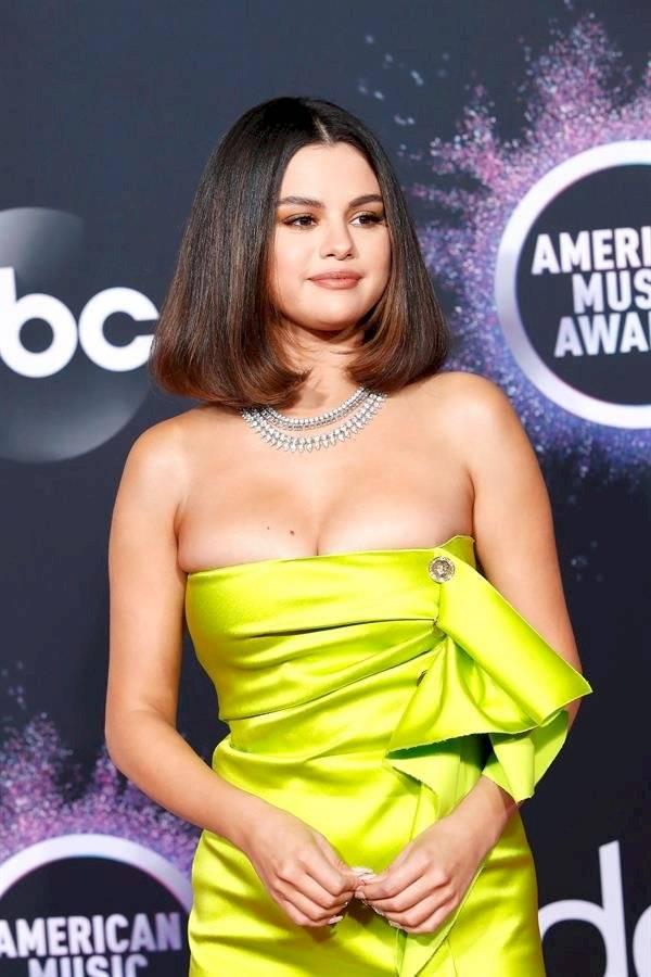 La cantante estadounidense Selena Gomez posa para los fotógrafos cuando llega a los American Music Awards 2019 en el Microsoft Theatre de Los Ángeles, California, EE. UU., 24 de noviembre de 2019. EFE