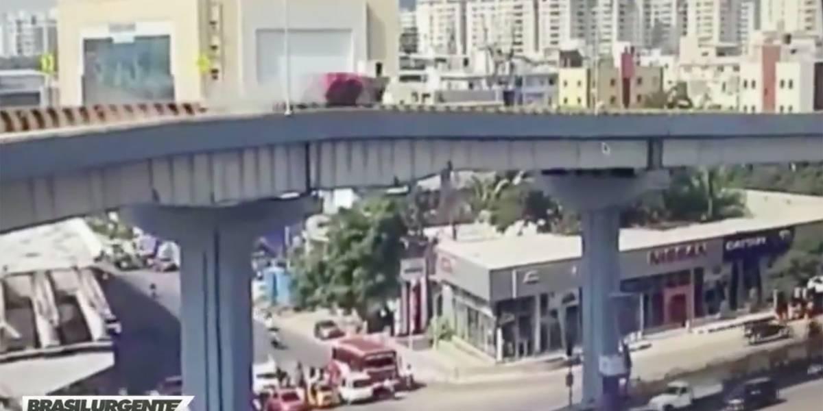 Vídeo: Carro cai de viaduto e mata um pedestre
