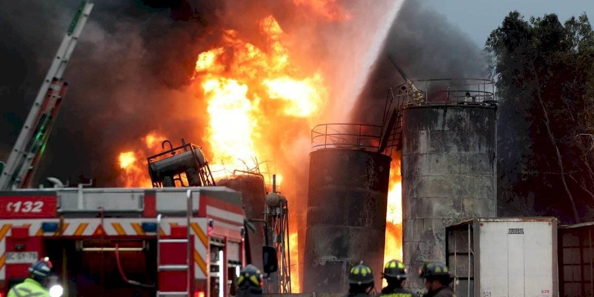 Gigantesco incendio en planta de aceites industriales obliga a suspensión de clases en Lampa y Colina