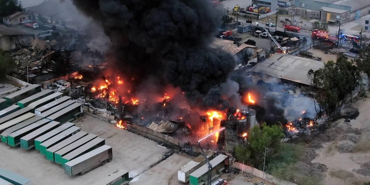 Incendio en Lampa está controlado, pero extinción de las llamas tardará horas