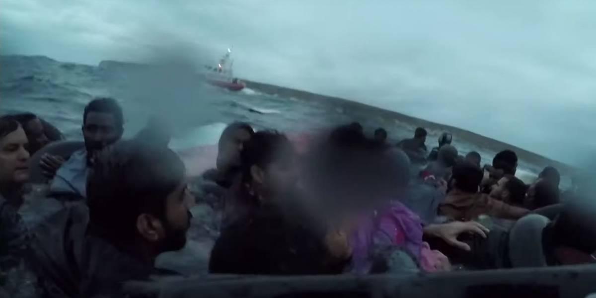 Vídeo mostra resgate dramático de imigrantes que naufragaram no mar italiano