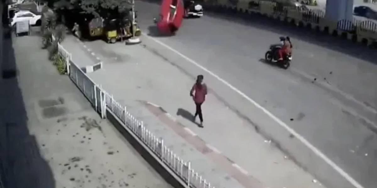 Impactante video:Vehículo cae de un puente y mata a unatranseúnte