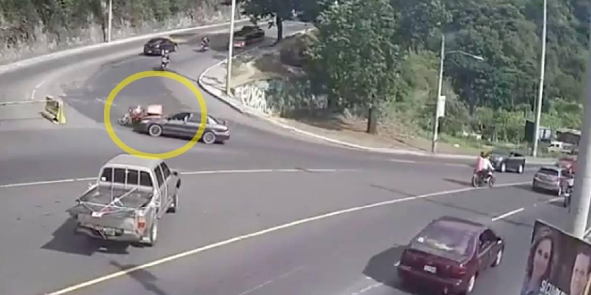 VIDEO. Conductor de vehículo atropella a motorista en calzada La Paz