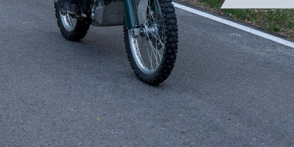 Aparatoso choque entre tres motocicletas deja varias personas lesionadas