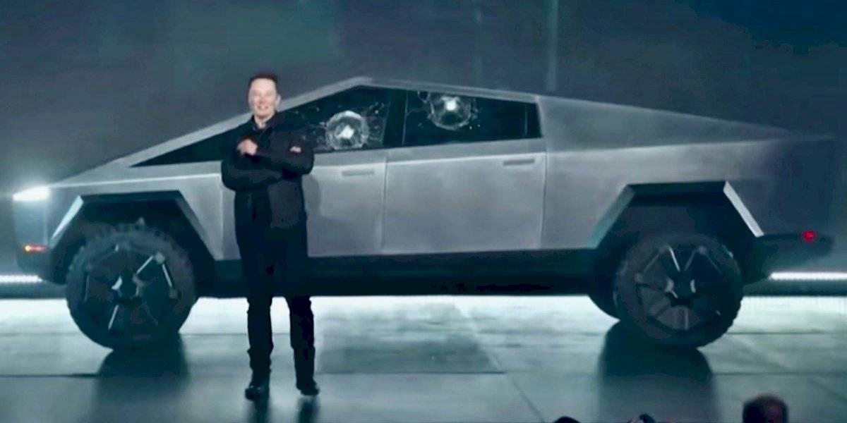 Elon Musk aclara con humor la ventana rota del Cybertruck, mientras supera los 200 mil pedidos