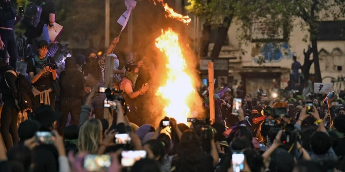 Miles de mujeres protestan contra feminicidios en México en marcha con incidentes