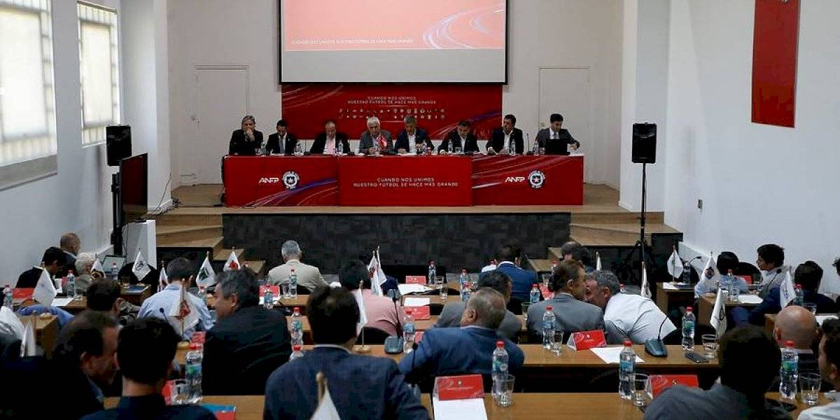 """""""Vienen a presentar puras leseras"""": El caliente Consejo de Presidentes que agravó la incertidumbre del fútbol chileno"""