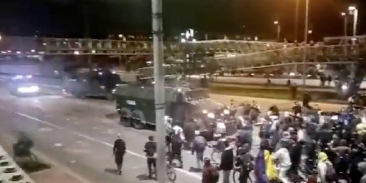 Manifestantes hicieron devolverse a una tanqueta del Esmad en plena Avenida NQS