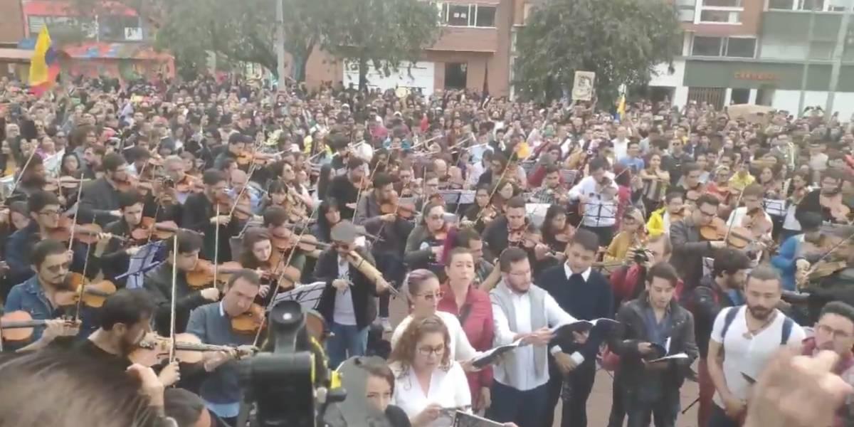 """(VIDEOS) Al ritmo de """"Colombia tierra querida"""" cacerolazo sinfónico retumba en Bogotá"""