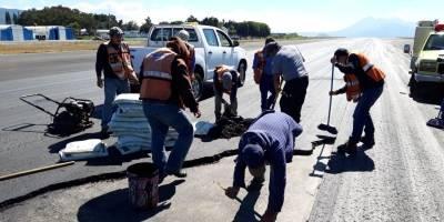 Suspenden operaciones en aeropuerto La Aurora por daños en la pista